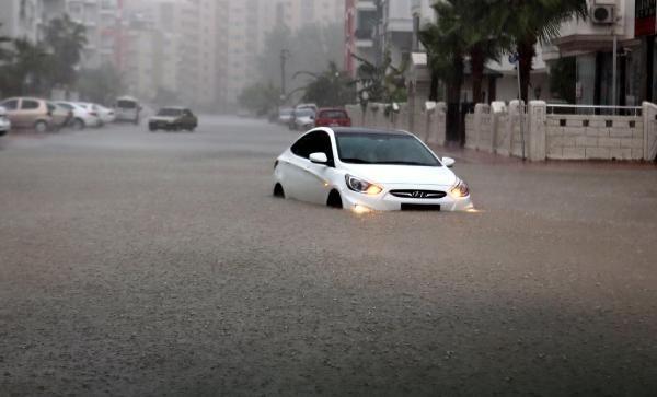 Sağanak yağış Antalya'yı felç etti! Yağmur suyunun derinliği 1 metreyi buldu