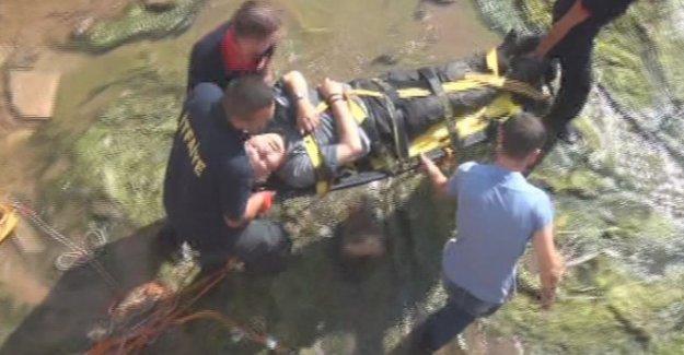 Yürürken su kanalına düştü